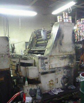 幕を降ろす単色機印刷機屋さん
