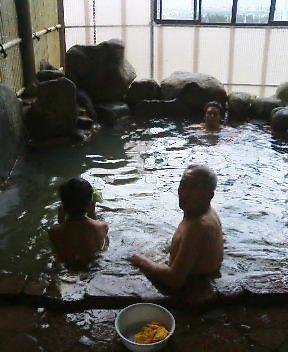 爺と孫 長井市花の湯