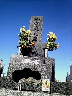 友の墓前で…
